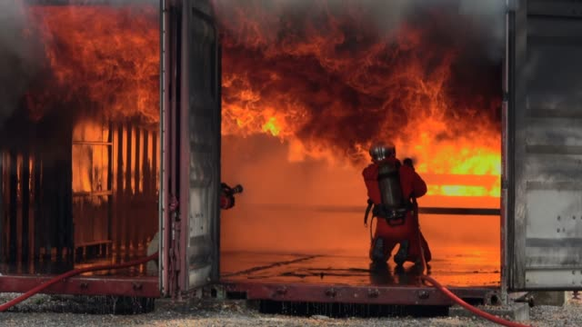 vídeos y material grabado en eventos de stock de práctica de bomberos - parque de bomberos