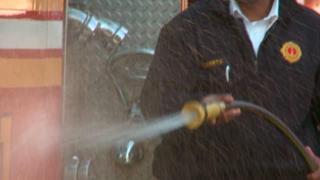 vídeos y material grabado en eventos de stock de ms tu fire fighter washing fire truck with hose/ richmond, virginia - manguera