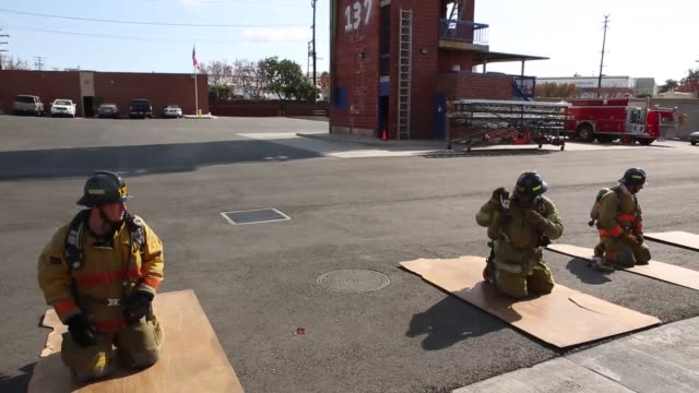 vidéos et rushes de fire fighters run through a number of drills at the el camino community college fire academy in inglewood california fire academy recruits carry an... - collège communautaire
