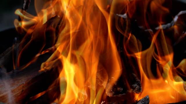 vidéos et rushes de flammes de feu - 4k - brasier