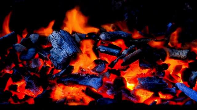 feuer flammen hintergrund - brennbar stock-videos und b-roll-filmmaterial