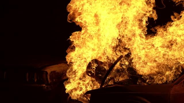 4k uhd 高速道路道路での交通衝突の自動車事故から炎を燃やします。消防士の安全災害事故と公共サービスの概念。 - 大火点の映像素材/bロール