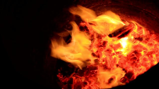 vídeos de stock, filmes e b-roll de fogo chamas - barril