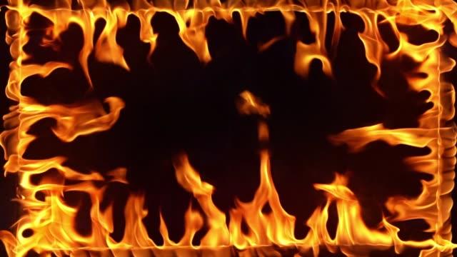 vidéos et rushes de incendie de l'image brûlante au ralenti - touche de couleur