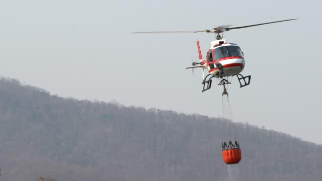 vídeos y material grabado en eventos de stock de relleno de agua de fire helicopter - liberar