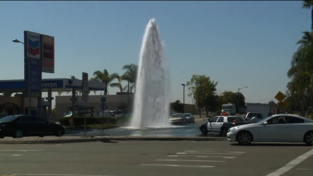 vídeos y material grabado en eventos de stock de fire hydrant gushes water after car crashes into it on august 21, 2013 in san diego, california - boca de riego