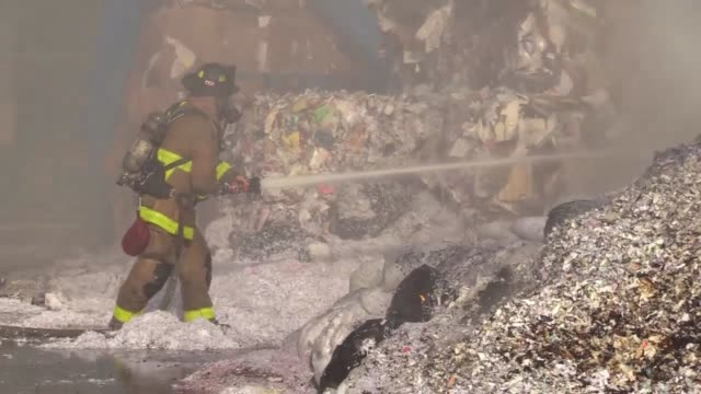 fire in a city recycling plant for cardboard. various shots and soundbite from san diego fire department's battalion chief tricia pollette. 8 engines... - 酋長点の映像素材/bロール