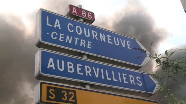 vídeos de stock e filmes b-roll de fire in a warehouse in the paris suburbs caused large traffic jams and the interruption of the rer underground system friday - estrutura da célula
