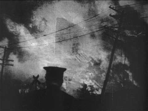 b/w 1906 fire in building after san francisco earthquake / telephone wires in foreground / documentary - anno 1906 video stock e b–roll