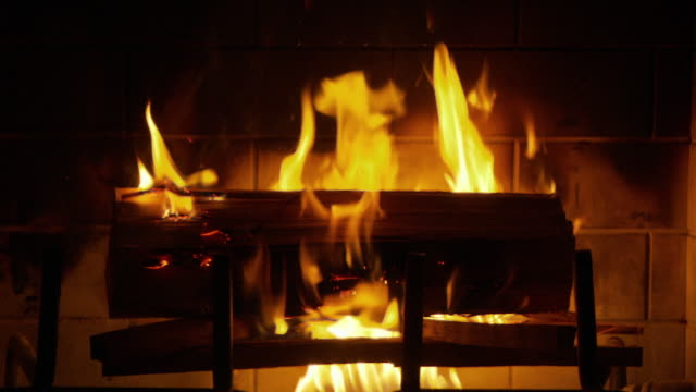 cu fire in fireplace / atlanta, georgia, usa - 暖炉点の映像素材/bロール
