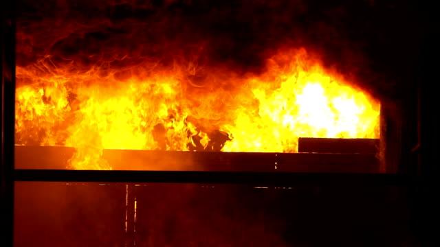 stockvideo's en b-roll-footage met 4k brand in het brandende gebouw - springstof wapen