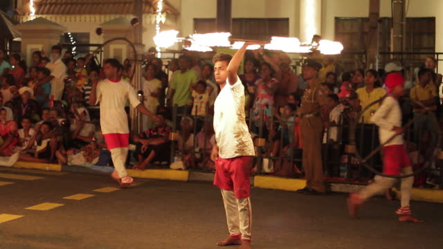 stockvideo's en b-roll-footage met ms fire jugglers perform in buddhist festival or procession 'esala perahera' (festival of tooth) audio / kandy, central province, sri lanka - majestueus