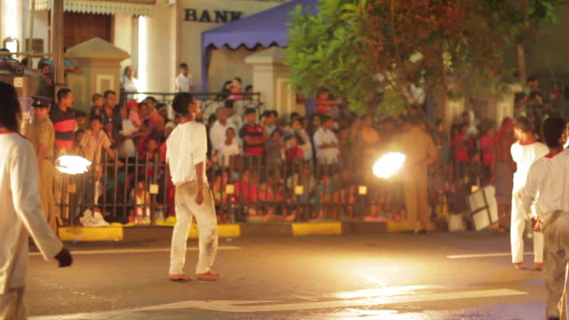 stockvideo's en b-roll-footage met ms fire jugglers with swing flames in buddhist festival or procession 'esala perahera' (festival of tooth) audio / kandy, central province, sri lanka - sri lankaanse cultuur