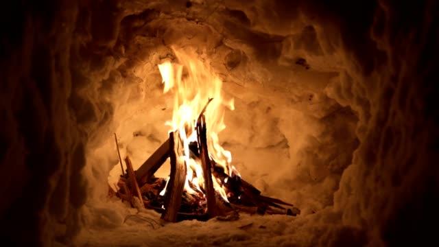 vídeos y material grabado en eventos de stock de un fuego encendido por los expertos de supervivencia proporciona calor en una noche fría - brightly lit