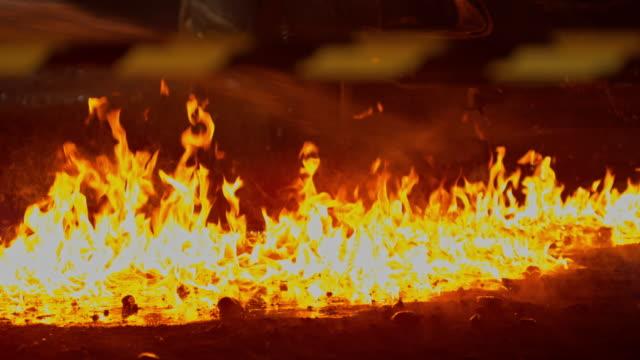 slo mo feuer auf einer straße mit einem feuerwehrschlauch löschte in der nacht - fire hose stock-videos und b-roll-filmmaterial