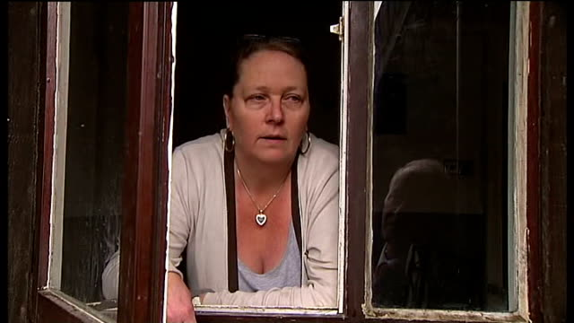 fire on felmores estate in basildon: concerns over timber-framed houses; pauline dodge interview sot arnold tarling taking photograph of houses... - basildon stock-videos und b-roll-filmmaterial