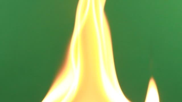 vídeos de stock, filmes e b-roll de fogo na tela verde backround - inferno vida após a morte