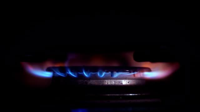feuer im herd - brennbar stock-videos und b-roll-filmmaterial