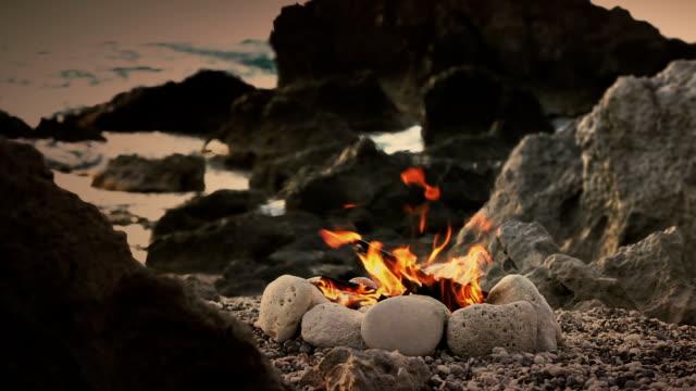 vídeos de stock e filmes b-roll de fogo na praia - madeira material
