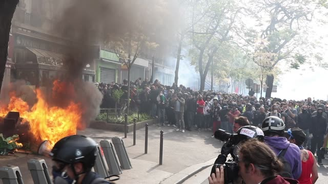 vídeos de stock, filmes e b-roll de fire on the street the annual may day protests on may 01 2019 at boulevard saintmarcel paris france more than 7400 police and security forces have... - 1 de maio