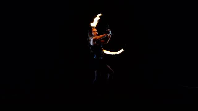 feuer-performer. feuertanz. - akrobat stock-videos und b-roll-filmmaterial