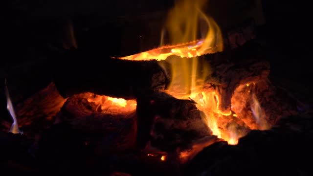 vídeos y material grabado en eventos de stock de chimenea  - infierno fuego