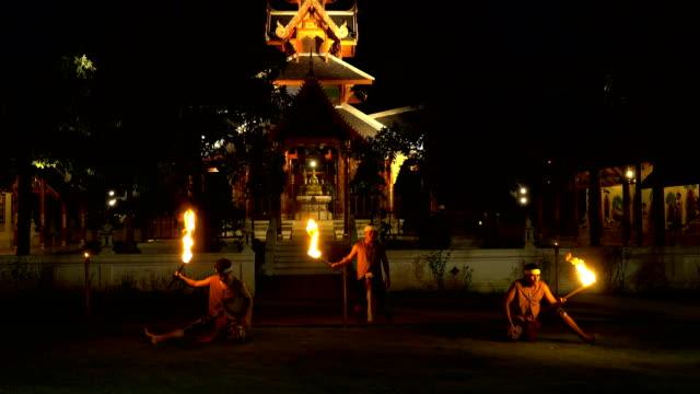 vídeos de stock e filmes b-roll de 4k fire show : fire-eater men blowing flame from their mouth - circo