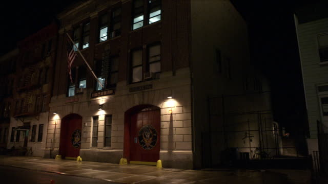 vidéos et rushes de ms, fire station at night, brooklyn, new york city, new york, usa - voie pédestre