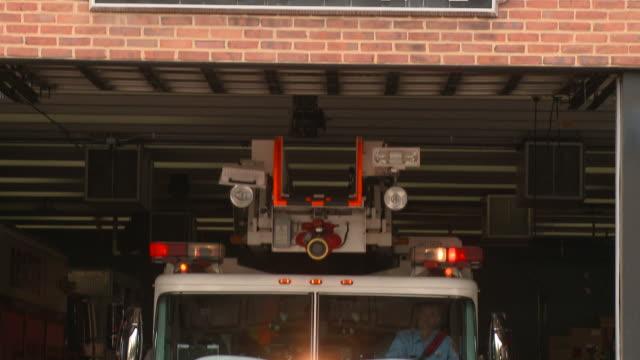 vídeos y material grabado en eventos de stock de ms fire station sign/ td ms fire truck leaving station with lights flashing/  richmond, virginia - parque de bomberos