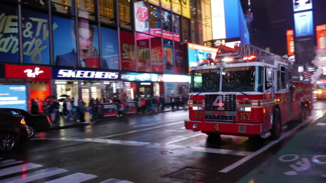 vídeos de stock e filmes b-roll de fire truck and siren in new york city manhattan times square - carro de bombeiro