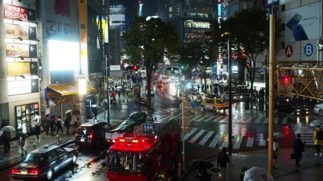 fire truck at shibuya crossing on rainy night - 消防車点の映像素材/bロール