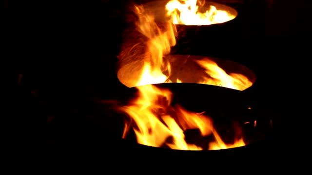 vídeos de stock, filmes e b-roll de fogo - barril