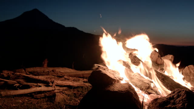 fire while camping oregon cascades campfire and mt. hood time lapse - lagerfeuer stock-videos und b-roll-filmmaterial
