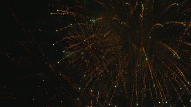 実際の音と火災の仕事の表示バンコク湖の上に群衆のカウントダウン新年の祭典。 - firework display点の映像素材/bロール