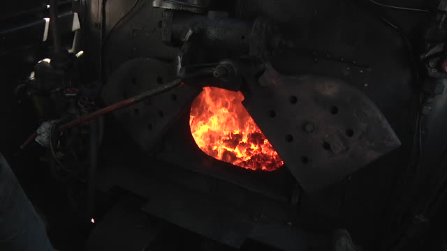 firebox (steam locomotive) - zug mit dampflokomotive stock-videos und b-roll-filmmaterial