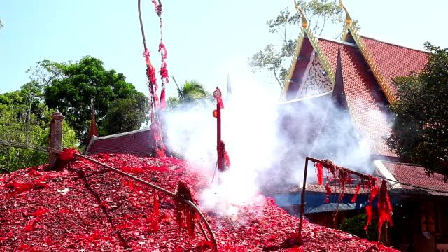 Feuerwerkskörper explodiert in Tempel