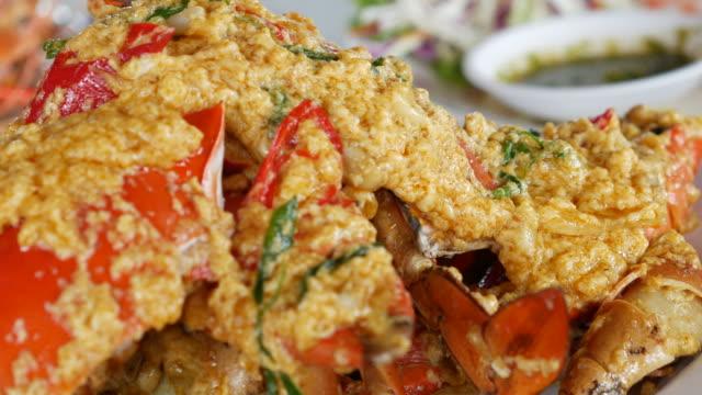 vídeos de stock, filmes e b-roll de despedido de caranguejo com caril de açafrão em pó - curry powder