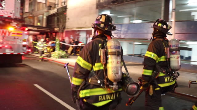 vídeos de stock e filmes b-roll de fdny firefighter arrive at the scene to battle a fire at playwrights restaurant & pub - carro de bombeiro