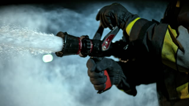 vídeos de stock e filmes b-roll de slo mo ld firefighter closing the fire hose - bombeiro