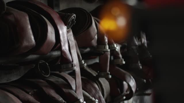 stockvideo's en b-roll-footage met brandweerman slang detail shots - fire hose