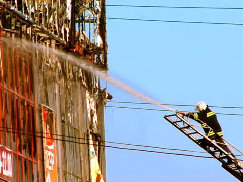 pompiere in azione - incendio video stock e b–roll
