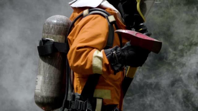 vidéos et rushes de pompier en fumée - pompier