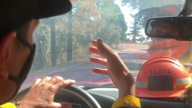 stockvideo's en b-roll-footage met pasadena california september 23 2020 a firefighter pio drives past fire retardant while escorting media during the bobcat fire in the angeles... - pasadena californië