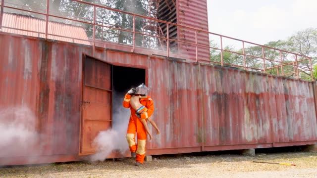 煙から消防士実践子どもたち - 救う点の映像素材/bロール