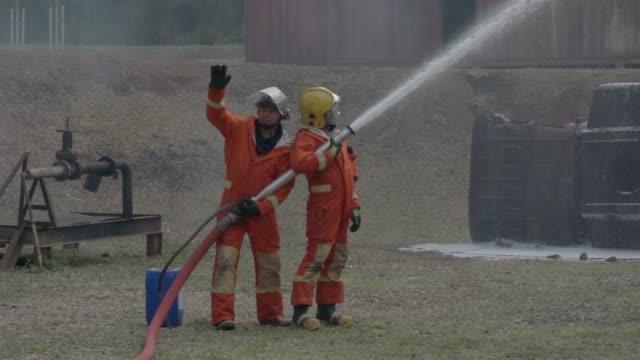 vídeos y material grabado en eventos de stock de bombero práctica lenta - manguera