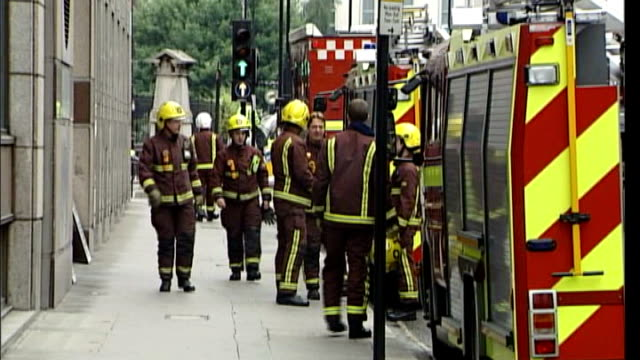 firefighter telephone call to emergency operator about aldgate bomb sot ** 7.7.2005 aldgate east tube station: ext ambulance and fire fighters... - bombardamento video stock e b–roll