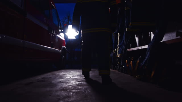 ms firefighter zu fuß in der nacht - erste hilfe stock-videos und b-roll-filmmaterial