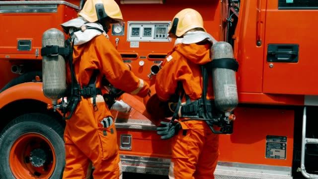 feuerwehrmann mit lkw-training für den notfall in der zukunft - retter rettungsaktion stock-videos und b-roll-filmmaterial