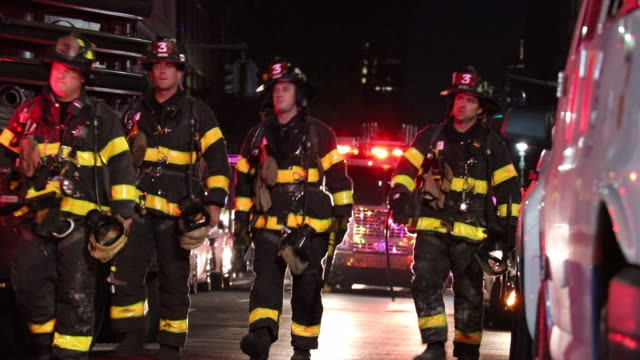 fdny firefighters arrive at the scene to battle a fire at playwrights restaurant & pub - fire department of the city of new york stock-videos und b-roll-filmmaterial