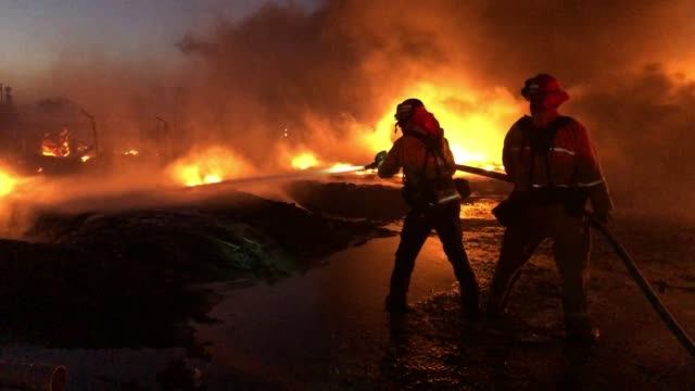 vidéos et rushes de firefighters battle fire on east cypress road in knightsen, calif., on sunday, oct. 27, 2019. the grass fire originated 3:08 am on gateway blvd. on... - californie